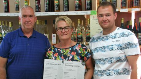 Karl Huber (links) betreibt zusammen mit Ehefrau Birgit und Sohn Jan Huber eine Kelterei und Lohnmosterei in Bissingen.