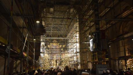 Heilige Messe feiern Katholiken in Höchstädt derzeit in einer eingerüsteten Kirche. Von oben kann so nichts herabfallen.