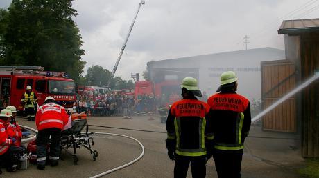 Die Gremheimer Feuerwehr organisierte einen großen Tag, an dem die Arbeit der Ehrenamtlichen demonstriert wurde. Auf dem Bild sind die Kameraden aus Schwenningen zu sehen, wie sie löschen, retten und versorgen – glücklicherweise nur zur Show.