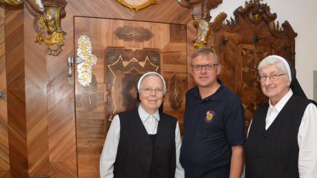 In der Sakristei von Maria Medingen vor der schönsten Brandschutztür überhaupt: Schwester Eva Ortner, Kreisbrandmeister Jürgen Schön und Schwester Gerlinde Fehr (von links).