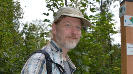 Rucksack, Apfel, Sonnenhut, GPS-Gerät und Klemmbrett: Michael Jarmuschewski ist Zertifizierer beim Deutschen Wanderinstitut und verleiht die Siegel Premiumwanderweg. Dazu war er auch auf dem neuen Weg Donauwald unterwegs.