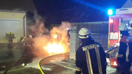 In Hausen hat im Januar ein Auto gebrannt. Die Angst war groß, dass das Feuer auf Haus und Hof übergreift.