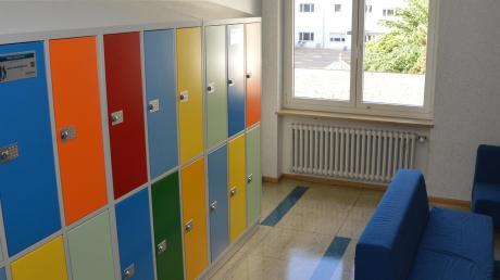 Aufgrund einer neuen Organisationsform am Bonaventura-Gymnasium in Dillingen, haben die Schüler jetzt Spinde und die Lehrer unterrichten in festen Räumen. Für die Schüler gibt es verschiedene Aufenthaltsbereiche.
