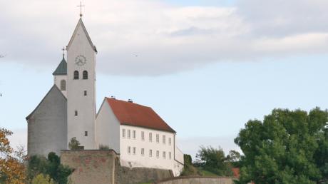 Hoch über dem Unterdorf in Diemantstein und über dem Talgrund der Kessel ragen die Kirche und der Pfarrhof auf. Sie sind bis heute umgeben von den Grundmauern der einstigen Burgfeste.