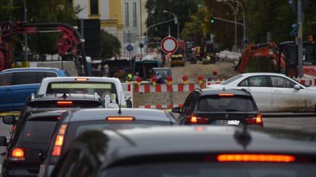 Ein Nadelöhr ist in Dillingen das Abbiegen am Taxispark vom Georg-Hogen-Ring auf die Große Allee. Die Prälat-Hummel-Straße (Hintergrund) und der Georg-Schmid-Ring sind derzeit wegen Bauarbeiten gesperrt.