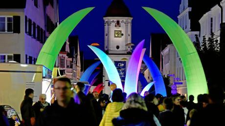 Die Leuchtpylonen haben Dillingen in ein besonderes Licht getaucht. Tausende von Besuchern genossen am Freitagabend wieder das Flair der Dillinger Nacht. Das Foto entstand in der Königstraße mit dem Mitteltorturm im Hintergrund.