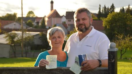 Damit kamen sie vor 30 Jahren nach Westdeutschland: Kathrin Schädlich hält das Visum für Ungarn, Uwe Schädlich die damaligen DDR-Ausweise in der Hand.