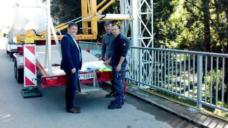 Mit der ersten Baustellenbesprechung haben die Sanierungsarbeiten an der Blindheimer Donaubrücke begonnen. Auf dem Bild von links: Bürgermeister Jürgen Frank, Marco Murari von der Firma Grimmbacher aus Münsterhausen und Martin Stadelmann von Ingenieur-Büro Eibl in Donauwörth.