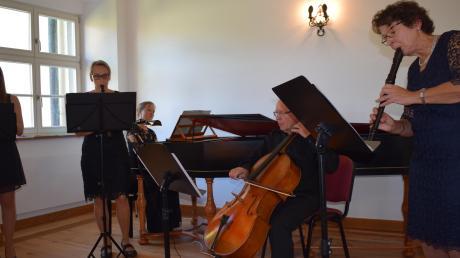 """Das Flötentrio """"Flauti musici"""" aus Magdalena Polzer (rechts), Beatrice Ziegler (links) und Ruth Förschner hat sich mit Barbara Bartmann (am Cembalo) und Hans Eller (am Violoncello) die perfekte Ergänzung für seine Sonntagsmatinee im Rahmen der Kulturtage geholt."""