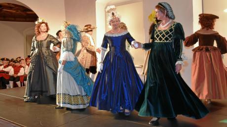 Die Tänze aus früheren Zeiten und die historische Mode führten das Publikum auf eine Zeitreise in die Vergangenheit.