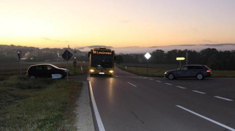 Dieses Bild entstand vor wenigen Tagen frühmorgens um 7.04 Uhr in Bissingen. Von Montag bis Freitag hält dort jeden Tag der Bus, der die Schüler zum Unterricht nach Dillingen bringt. Die Schüler, so der Vorwurf betroffener Eltern, müssen dazu die gefährliche Straße überqueren.