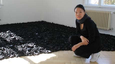 Verbrannte Erde – Spuren des Krieges: Nana Heim-Kwon arbeitet seit vier Wochen als Stipendiatin in Wertingen. Ihre Kunst zeigt sie zusammen mit anderen Künstlern in der Städtischen Galerie.
