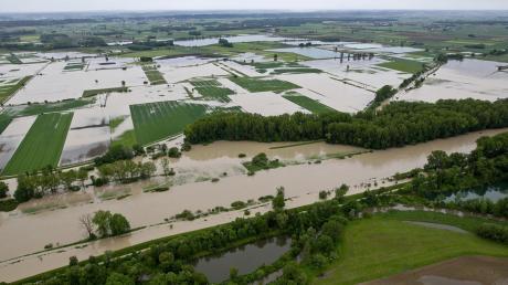 """So schaut es aus, wenn der Riedstrom das Neugeschüttwörth bei Gremheim überflutet. Es steht zur Diskussion, dass in diesem Gebiet ein Flutpolder gebaut werden soll. Gegen das Hochwasserbecken laufen Landwirte Sturm.  """"Wenn wir nichts tun, dann können wir bei einem HQ extrem Freischwimmer-Übungen im Wohnzimmer machen."""""""
