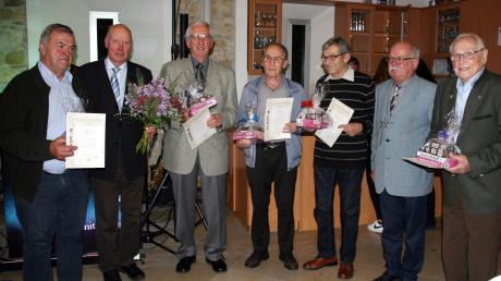 Reinhold Sing (Zweiter von links) und Heinz Bunk (Zweiter von rechts) ehrten (von links) Georg Sing, Johann Hartleitner, Karl Ott, Anton Eggert und Gottfried Brugger.