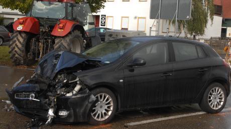 Drei Menschen erlitten bei einem Verkehrsunfall am Donnerstagnachmittag auf der B16 in Blindheim schwere Verletzungen.