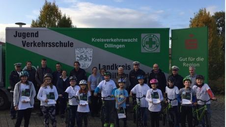 Die Schulleitung der Grund- und Mittelschule Bissingen freut sich mit den Verantwortlichen über das Material für die Jugendverkehrsschule.