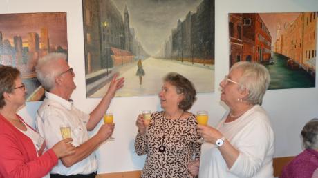 Der Künstler Gerhard Winkler, links, spricht über seine Werke. Rechts daneben Brigitte Deppert und Inge Grein-Feil von der Arche.