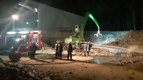 Ein Müllhaufen hat am Freitagabend im Recyclingbetrieb Fisel in Dillingen Feuer gefangen. Zu den Löscharbeiten rückten Einsatzkräfte der Feuerwehren Donaualtheim und Dillingen an.