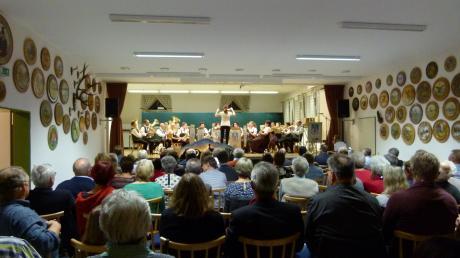 """Sieben Monate lang hat die Gemeinde Bachhagel ihr 750-jähriges Bestehen gefeiert. Jetzt fand das große Finale statt. Der Musikverein Burghagel spielte dabei die Festfanfare """"750 Jahre Bachhagel"""". Das Stück war zur Eröffnung des Festjahres im März uraufgeführt worden und durfte auch beim Finale nicht fehlen."""