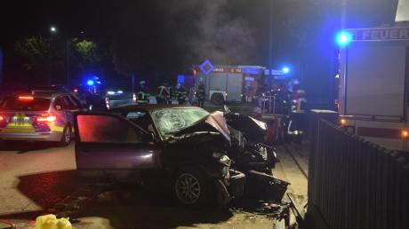 Ein 18-jähriger Autofahrer ist am Montagabend in der Wertinger Straße in Höchstädt von der Fahrbahn abgekommen und mit seinem Wagen gegen das Eisentor des städtischen Bauhofs geprallt.