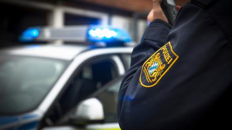 Schwere Verletzungen hat ein Mann bei Odelzhausen erlitten, nachdem er einem Reh ausgewichen war. Sein Auto kam dabei vom Kurs ab.