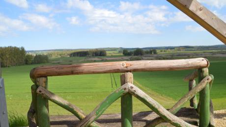Blick ins Dattenhauser Ried (im Vordergrund eine Sitzbank). Das Foto war im Mai beim Besuch des Bayerischen Umweltministers Thorsten Glauber entstanden. Er hatte dabei ein bayerisches Moorprojekt offiziell eröffnet.