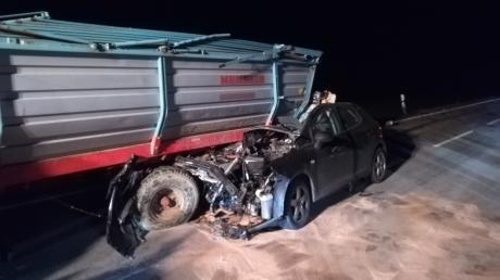 Nahezu ungebremst fuhr eine Pkw-Fahrerin am Donnerstagabend zwischen Laugna und Geratshofen auf einen Traktoranhänger auf. Wie durch ein Wunder konnte die Fahrerin leicht verletzt mit Unterstützung der Ersthelfer das Fahrzeugwrack noch selbst verlassen.