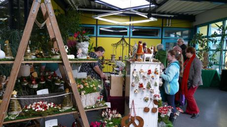 Zahlreiche Besucher sind zu dem Gundelfinger Kunsthandwerkermarkt gekommen. Viele wissen gar nicht, wo sie zuerst hinschauen sollen.