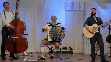 """Die Bayerwald-Satiriker vom Musikkabarett """"Ungschminggd"""" auf der IBL-Bühne: (von links) Sepp Oswald, Kare Bauhuber und Kale Handlos."""