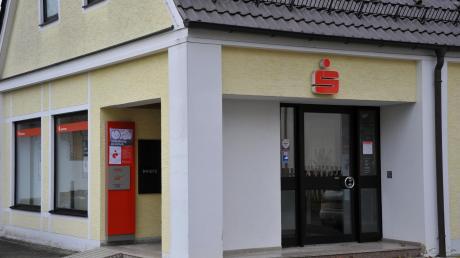 In einigen Wochen wird das Aislinger Rathaus im ehemaligen Sparkassengebäude der Aschberggemeinde zu finden sein. Das alte Gebäude überlässt die Gemeinde der Freiwilligen Feuerwehr, die zusätzlichen Platz für das neue Feuerwehrfahrzeug benötigt.