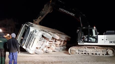 Ein Bagger musste den gekippten Lastwagen wieder aufrichten. Der Fahrer war in die Augsburger Uniklinik geflogen worden.