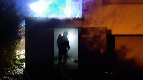 Ein Garagenbrand in Lauingen löste am Mittwochabend einen Feuerwehreinsatz aus.