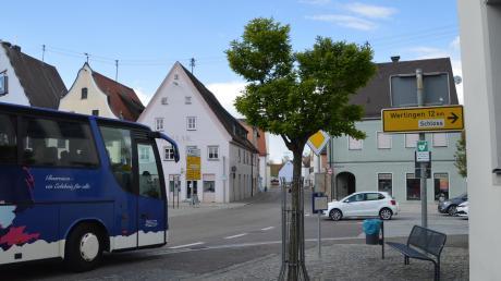 Das Bild entstand vor dem Alten Rathaus. Rechts biegt die Herzogin-Anna-Straße ab. An der Kreuzung kommt es morgens und abends regelmäßig zu Staus.
