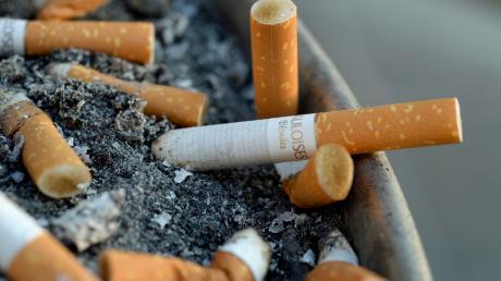 Ein paar Zigarettenkippen sind in Brand geraten. Deswegen mussten fünf Personen, die sich in einer Höchstädter Wohnung aufgehalten hatten, ins Krankenhaus.