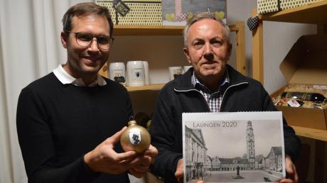 Bernd Schwenk und Vater Bernhard zeigen ein erstes Konzept der Christbaumkugel und den Kalender. Die echten Kugeln sollen etwas anders aussehen.