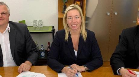 Den Vertrag unterzeichneten (von links) Markus Sand, Vertriebsbeauftragter für Infrastrukturen bei der Telekom, Bürgermeisterin Miriam Gruß und Holger Betz, bei der Telekom verantwortlich für den Breitbandausbau in Kommunen.