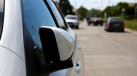 Zwei Autos sind zusammengeprallt, dabei wurden die Außenspiegel beschädigt.