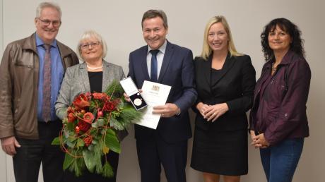 Die Gundelfingerin Vera Schweizer (links) erhält für ihr langjähriges Engagement die kommunale Verdienstmedaille von Landrat Leo Schrell überreicht.