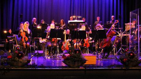 Das Orchester Joe Hieber und der Chor Cantino auf der Bühne des Stadtsaals.