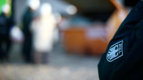 Auch der Zoll hat inzwischen blaue Uniformen wie die Polizei. Als die Beamten der Finanzkontrolle Schwarzarbeit jetzt in der Dillinger Innenstadt unterwegs waren, sorgte das für einige Unruhe und Gerüchte.