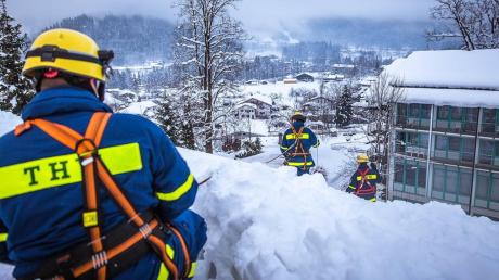 Schneechaos in den Alpen: Im Januar halfen Einsatzkräfte des THW-Ortsverbands Dillingen mit, Dächer von der Schneelast zu befreien.