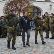 Bataillonskommandeur Oberstleutnant Markus Krahl, Oberbürgermeister Frank Kunz und Kommandeur der IT-Truppen General Dietmar Mosmann (von links) schreiten die Reihen der freiwilligen Rekruten ab.