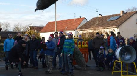 In Peterswörth flogen am Samstag wieder Bäume durch die Luft. Auf dem Bild versucht sich Cello Teichmann (links). Die Feuerwehr hat das Christbaumwerfen erneut organisiert.