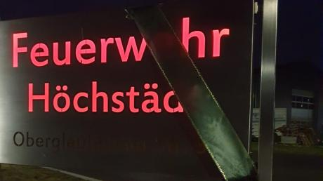 Die Wertinger Feuerwehr stellte Kerzen auf, das Schild der Höchstädter Feuerwehr trägt jetzt Trauerflor.