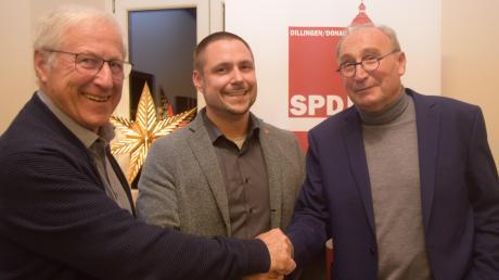 Tobias Rief (Mitte) tritt für die SPD bei der Oberbürgermeisterwahl am 15. März in Dillingen an. Der Vorsitzende des SPD-Ortsvereins wurde mit 86,7 Prozent der Stimmen nominiert. Ihm gratulierten SPD-Kreisvorsitzender Dietmar Bulling (rechts) und Wahlleiter Hubert Probst.