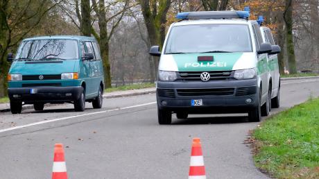 An diesem Parkplatz am Lutzenberger See nahe Günzburg legten im November 2017 ein heute 32-Jähriger sowie eine 30-Jährige die Leiche ihres Freundes ab. Damals suchte die Polizei vor Ort nach möglichen Spuren.