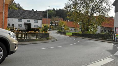Am nördlichen Ende von Eppisburg könnte bald eine Umgehungsstraße entstehen. Der Gemeinderat stimmte in der jüngsten Sitzung eindeutig für das Projekt, das sich auch die Mehrheit der Einwohner wünschte. Das Straßenbauamt Krumbach wird nun mit den Planungen beginnen.
