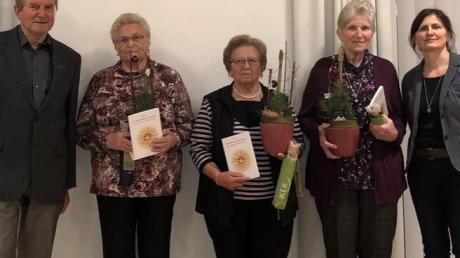 Verdiente KEB-Mitarbeiterinnen wurden bei der Mitgliederversammlung verabschiedet. Von links: KEB-Vorsitzender Xaver Käser, Hildegard Ebermayer, Helene Herreiner, Thekla Zengerle, KEB-Geschäftsführerin Doris Wais.