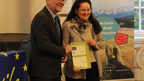 Regierungspräsident Erwin Lohner und Marion Widmann bei der offiziellen Verleihung.