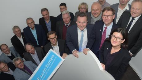 Vertreter aus Wirtschaft, Politik und der nordschwäbischen Gymnasien trafen sich auf Einladung der IHK zum Austausch bei der Firma Nosta in Höchstädt.